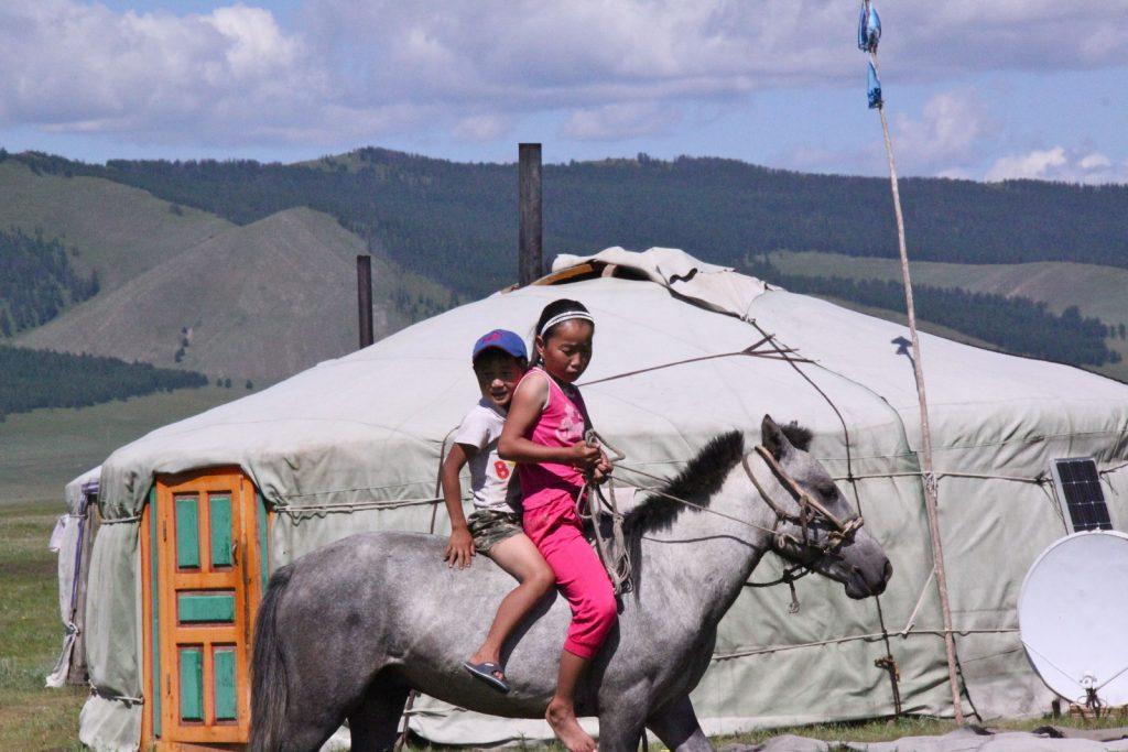 enfants mongols en ballade